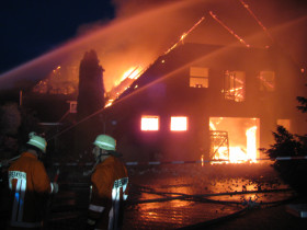 Beim Eintreffen der Feuerwehr stand das Gebäude bereits im Vollbrand.