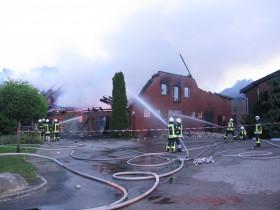 Der freistehende Giebel war eine zusätzliche Gefahr für die Feuerwehrleute.